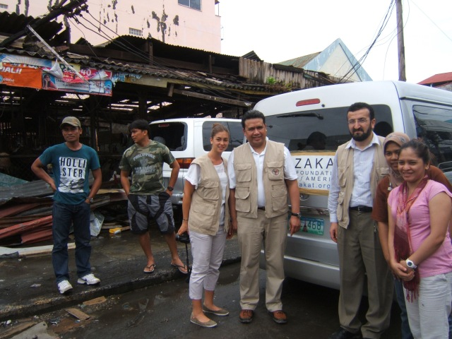 Dale Asis of Bayanihan Foundation (center) joins Murat Kose of the Zakat Foundation (second from right) in distributing relief goods in Tacloban City, Leyte right after the devastating Typhoon Haiyan (Nov 2013)