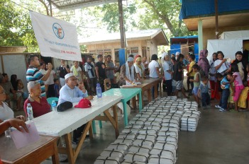 Filipino Christians distribute food packages to needy Filipino Muslims courtesy of the Zakat Foundation (2012 photo)