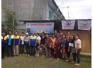(left to right): Volunteers from Rotary Iligan South, Mrs. Luz Saavedra, NextGen Fellows and Kaluluwa Kolectivo participants join in distirbuting food packages to indigent Filipino Muslims